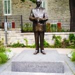 Anwalt und Politiker, wurde 1954 zum Bürgermeister der Stadt Montreal gewählt und war bis 1986 Stadtoberhaupt.