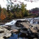 Kleine Wassersprünge am Deerfield River